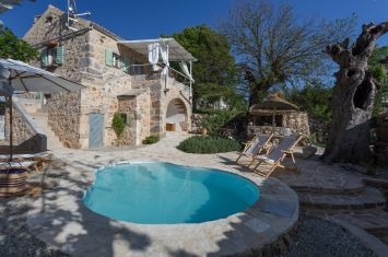 ORIGINAL MEDITERRANEAN HOUSE WITH POOL, IN ATTRACTIVE LOCATION!
