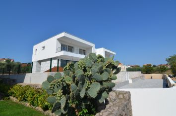 EXCLUSIVE URBAN VILLA WITH SEA VIEW AND POOL, 100 M FROM THE BEACH!