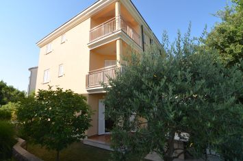 FURNISHED APARTMENT WITH GARDEN, ON THE EDGE OF GREEN ZONE, 200 M FROM THE BEACH!