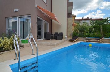 FURNISHED APARTMENT WITH GARDEN AND POOL, 150 M FROM THE BEACH!