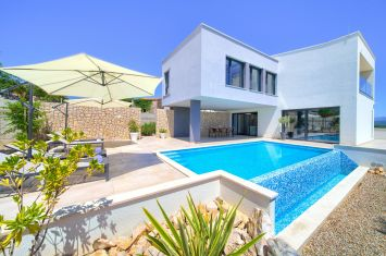 EXCLUSIVE VILLA WITH POOL IN QUIET LOCATION!