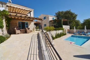 BEAUTIFUL ESTATE WITH THREE STONE VILLAS AND POOL, IN QUIET LOCATION!