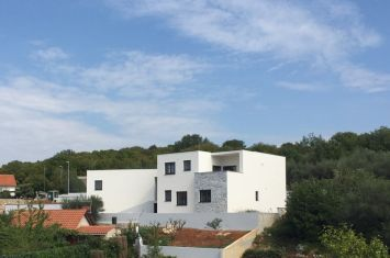 NEW VILLA WITH POOL, SPACIOUS GARDEN AND SEA VIEW!