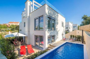 EXCLUSIVE URBAN VILLA WITH POOL, 100 M FROM THE SEA!