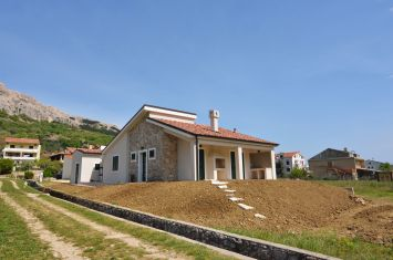 BRAND NEW VILLA WITH SPACIOUS GARDEN, IN QUIET LOCATION!