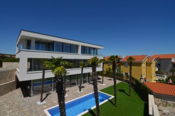 EXCLUSIVE APARTMENT WITH POOL, 400 M FROM THE BEACH!